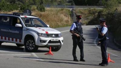 des-policiers-a-subirats-espagne-ou-un-homme-qui-portait-ce-qui-ressemblait-a-une-ceinture-explosive-a-ete-abattu.jpg